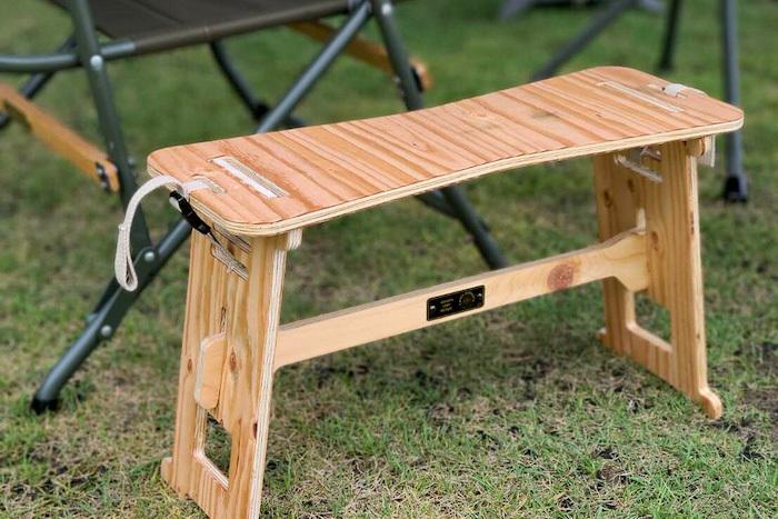 キャンプオーパーツの新作サイドテーブル。イン&アウトに映える無垢の風合いが自慢!