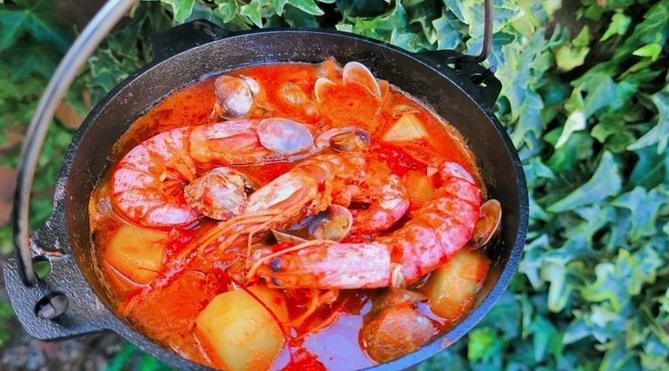 【キャンプ飯レシピ】ダッチオーブンで作る簡単ブイヤベース