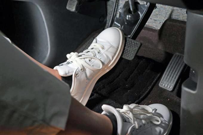 安易な「左足ブレーキ」推奨に異論! 高齢者の「踏み間違い」の解決策にならない理由と別の対策