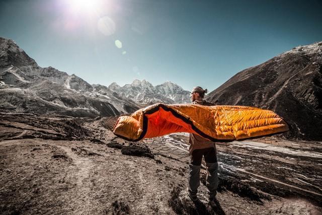 ソロキャンプにおすすめの寝袋5選!夏冬ベストシュラフの選び方