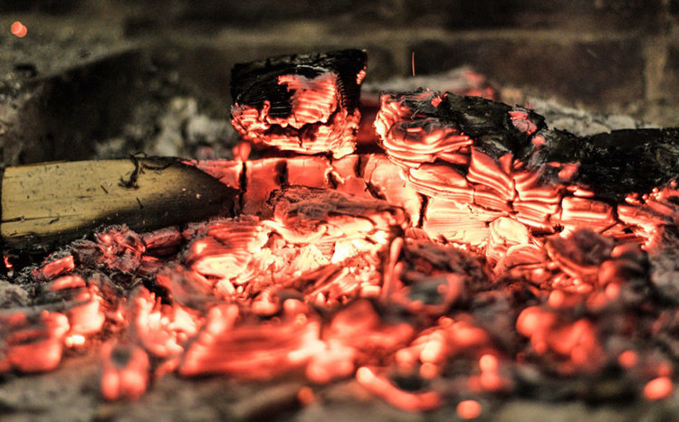 調理に適した熾火(おきび)とは?意味や作り方を解説