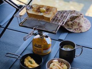 キャンプの朝食は「パン派」のあなたに! ユニフレーム「fanマルチロースター」の魅力を徹底紹介