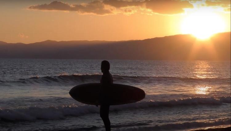 【オルタナティブ】ボードに合わせたスタイルで波を乗りこなす!! サーフィンとスケートボードを高次元で融合させたオリジナルスタイルを持つスーパーサーフスター金尾玲生による1/18(月)湘南での夕暮れミッドレングス・ツイン・セッション