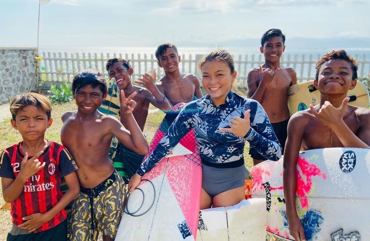 【海を超える感動のストーリー】 1人の日本人中学生の少女を中心にロコキッズたちが一丸となり、自分たちの手で土を掘り、重い石を運び、世界有数のサーフブレイク、レイキーピークの目の前にスケートパークを作り上げる