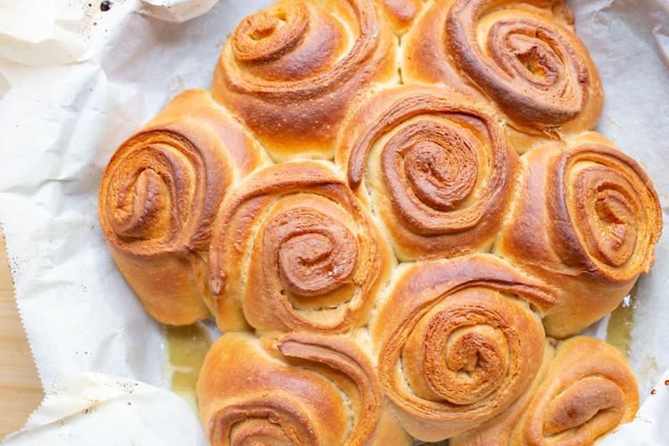 ダッチオーブンで簡単に作れる映えのメープルロールパン! 前編