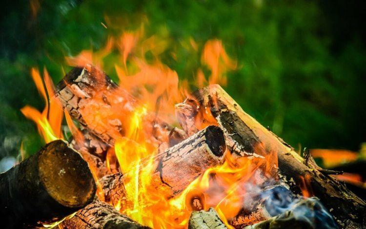 初めてのソロキャンプ!自分に合った焚き火台を選ぶコツは?