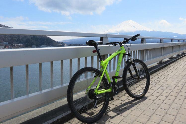 """""""日本三大金運神社""""の「新屋山神社」など河口湖周辺のパワースポットを周遊 電動アシスト自転車で巡る、ガイド付き「開運サイクリングツアー」9月末まで実施"""
