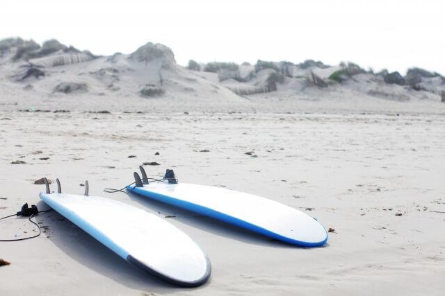 サーフィン用品のレンタル料相場|ボード・ウェットなど