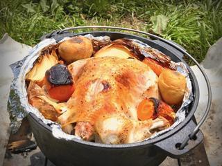【絶品レシピ】ダッチオーブンで丸鶏をローストチキンに!シンプルな作り方が一番旨い!