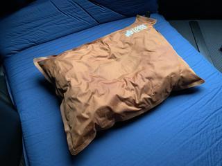キャンプの枕でお悩みのあなたへ! ロゴスの『セルフインフレートまくら』が超快適