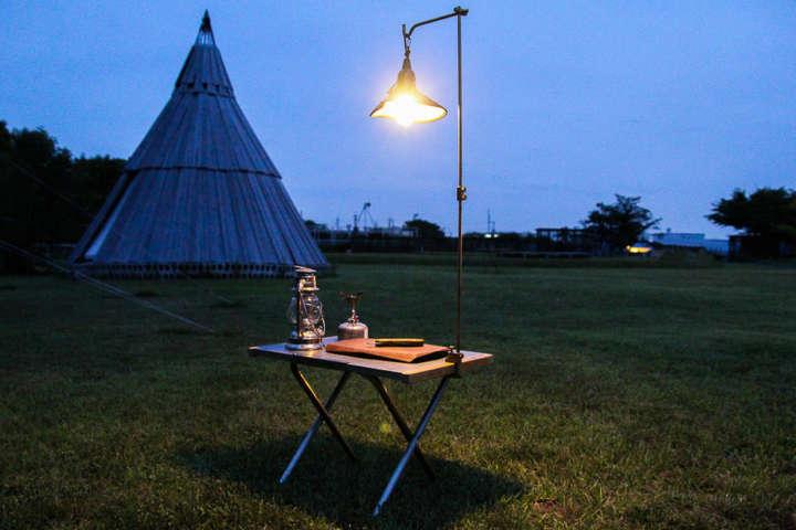 キャンプの灯りもコーヒーも真鍮製のランタンスタンドにおまかせ!