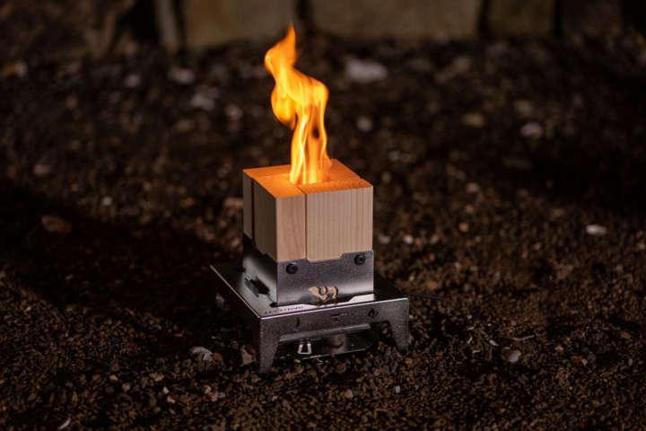 薪の代わりに2×4材を組んで燃やす新感覚の焚き火台が登場!