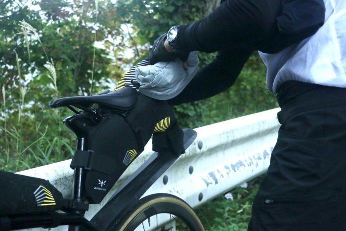 ロードバイクの雨装備に、自転車に取り付ける防水バッグはいかが?