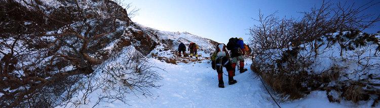 赤岳 美濃戸文三郎尾根-青空に雪が光る積雪期の赤岳へ日帰り登山