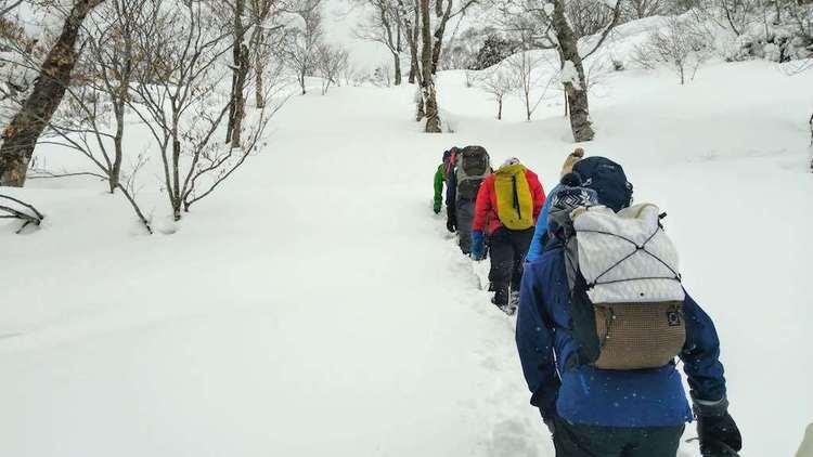 新雪をかきわけて進む快感!?雪山ラッセル訓練 – 登山の総合スキルが学べる「JMIA登山講習会」