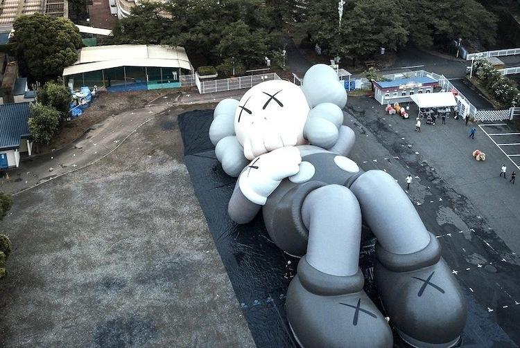 神出鬼没のアーティスト「KAWS」による巨大アートがふもとっぱらに出現!!