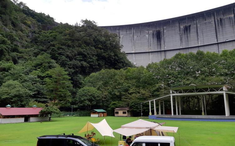 迫力満点の巨大ダムを拝める「下北山スポーツ公園キャンプ場」。【お風呂に入れるキャンプ場FILE #30】