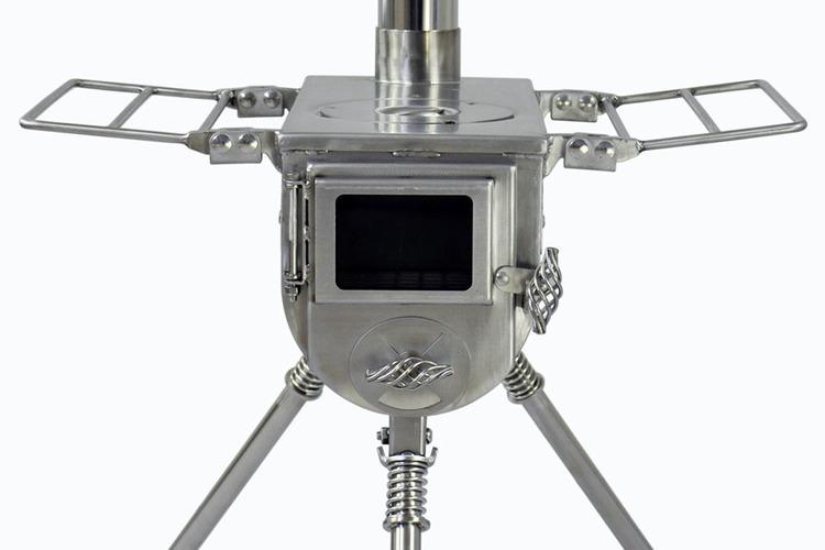 テンマクデザインの人気薪ストーブに、ソロキャンプに最適なコンパクトモデル登場。