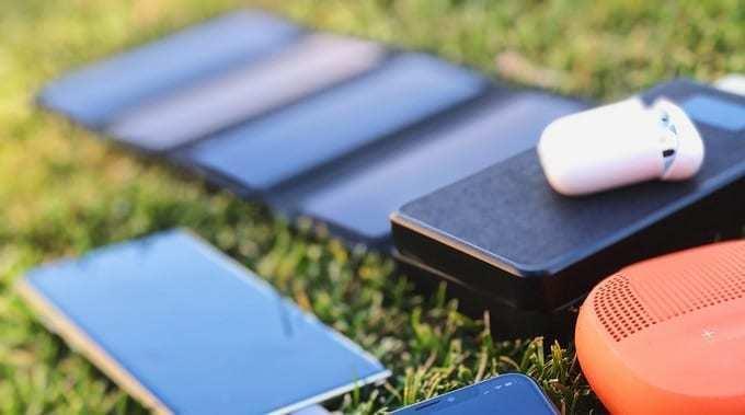 LEDディスプレイで電池残量がわかりやすい!折りたたんで持ち運びができるソーラーパネル付きモバイルバッテリー『ABFOCE』