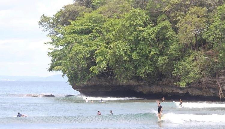初心者から上級者まで1日中楽しめる!バツカラスのサーフィン事情と良い波に乗るコツ