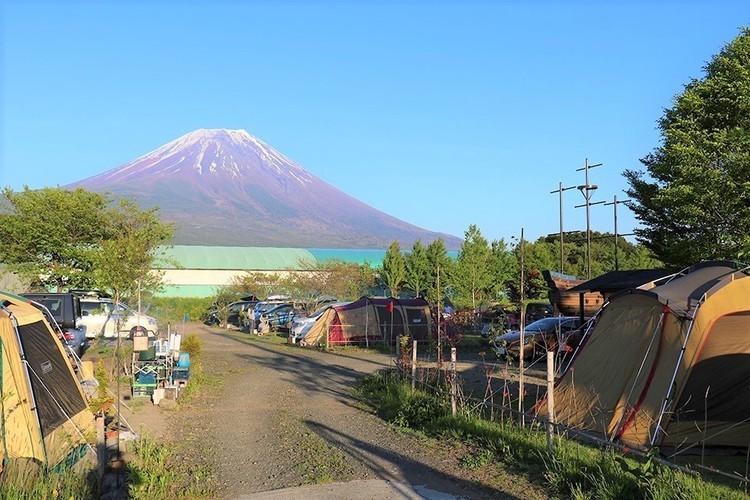 富士山を望む絶景と溶岩露天風呂が自慢の「アーバンキャンピング朝霧宝山」。【お風呂に入れるキャンプ場FILE #47】