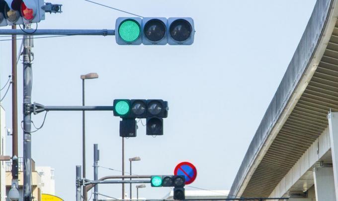 緑色なのになぜ青信号と呼ぶのか