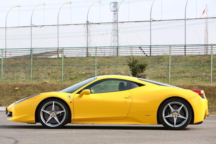 【レーシングドライバーが解説】なぜ、スーパーカーは真ん中にエンジンがあるの?