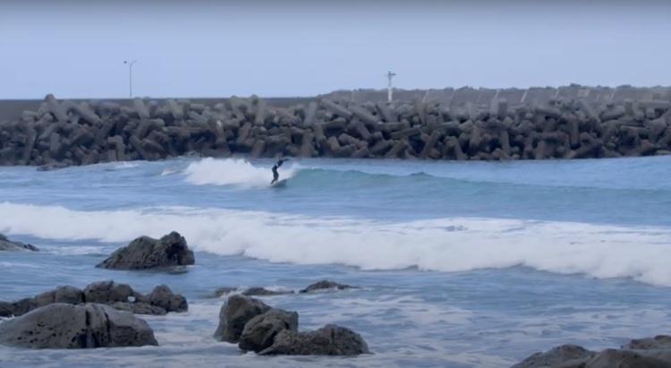 【2014年グランドチャンプ】辻裕次郎が普段あまりサーフィンしないような岩場ゴリゴリの海で繰り広げた海藻カラマリ・セッション by 中浦JET章