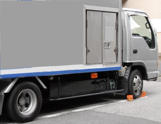 「サイドブレーキ」や「ギヤ入れ」だけじゃダメ? トラックが停車時に「車止め」を使うワケ