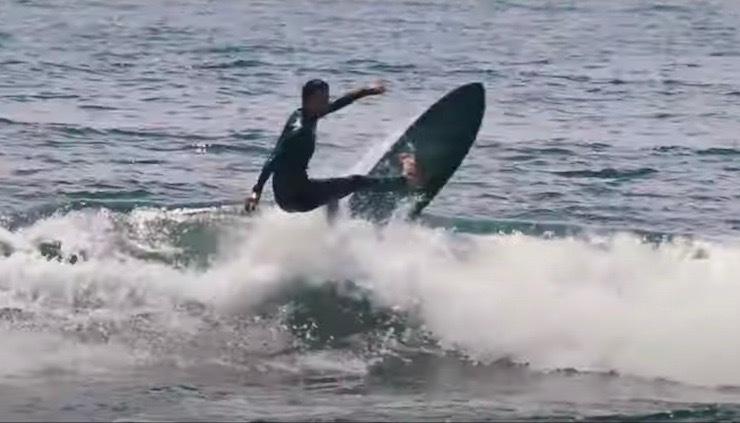 鵠沼でよくあるヒザモモサイズ 河村海沙のDead Kooksツインフィンサーフィン映像