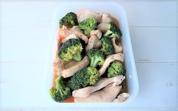 """糖質・脂質10g以下の低カロリーおかず「鶏胸肉とブロッコリーの焼き浸し」│ライザップ監修の""""筋トレレシピ"""""""