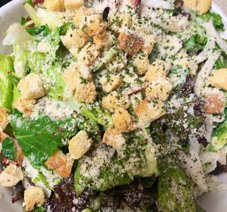 【レシピ公開】スキレットでカリカリベーコンに! 人気のシーザーサラダをサッと作ろう
