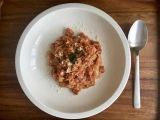 【トマト缶レシピ3選】鶏肉・豚肉煮込みや、キャンプでも作りやすい本格リゾットなど