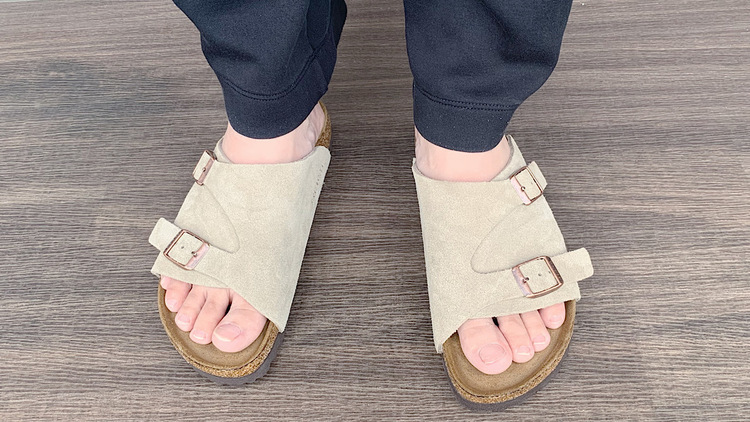 ビルケンシュトックの「チューリッヒ」はサッと履けて脱げにくい。どこまでも歩いていけそうだ|マイ定番スタイル