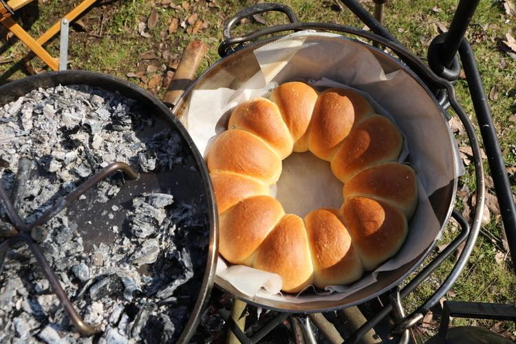 ダッチオーブンで焼きたてパンを作ろう! 「ダッチパン」の基本とアレンジレシピ3選