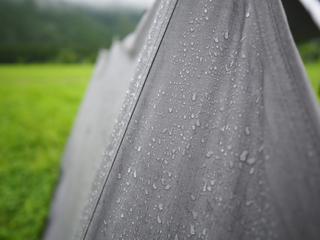 【雨キャンプ】キャンプ当日が雨予報でも大丈夫!!雨キャンプならではの楽しみ方や便利なレイングッズ、服装をご紹介します