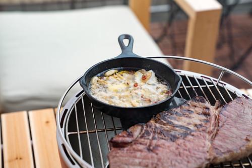 スキレットで作る簡単料理11選!キャンプで大活躍のお手軽レシピはコレだ!