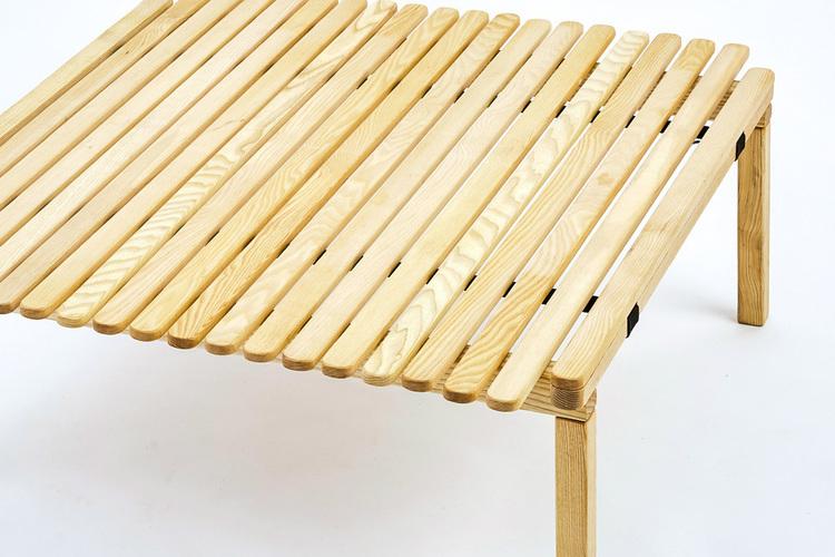 3段階に高さ調節できる、バイヤーオブメインの新テーブル。無垢の木目が美しい日本限定品。