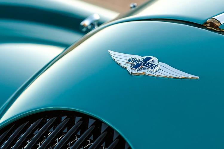 現代の新型車なのに「木」のシャシーで「1000万円」オーバー! イギリスの「モーガン」が生き残れるワケ