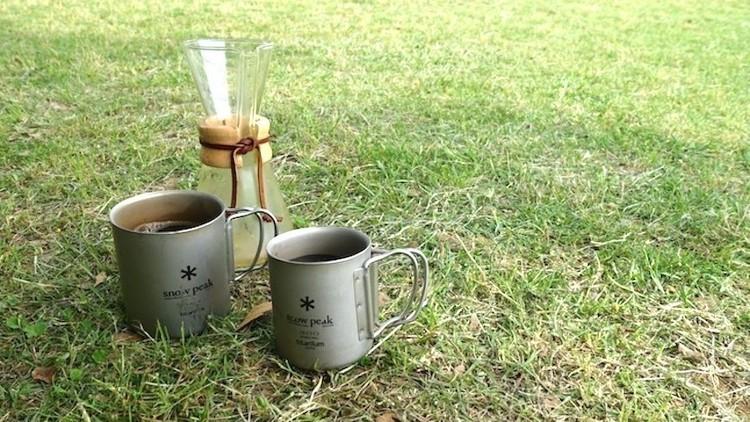 8月はアイスコーヒーの季節。スノピのチタンマグを持って、外でもキンキンのアイスコーヒーを楽しもう
