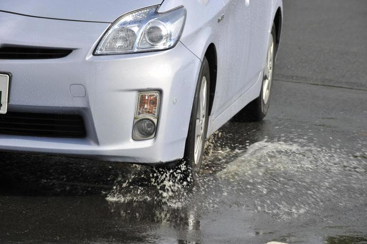 事前の「対策」と「知識」があるかないかは大違い! 雨の日の運転で危険な「スリップ」を避ける方法とは