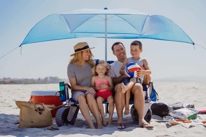 荷物を運んだ後は快適なくつろぎ空間に早変わり!畳むと椅子になり日除けの傘も装着できるアウトドアワゴン『Malo'o The Lounge Wagon』