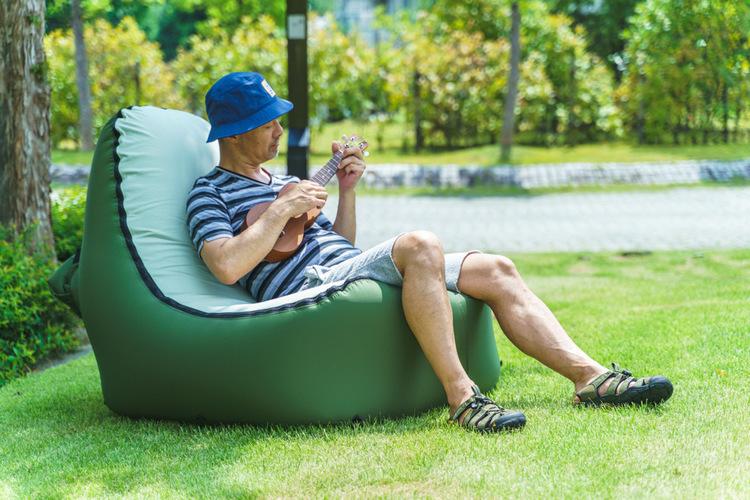 たった10秒で完成するのに、たたむとA4サイズ。身軽なソファーを持ってチェアリングに行こう|マイ定番スタイル