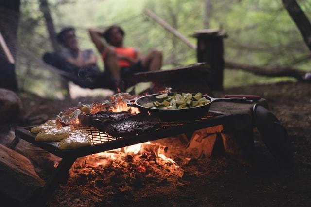 ソロキャンプのおすすめフライパン7選!軽量で料理しやすいサイズ・素材は?