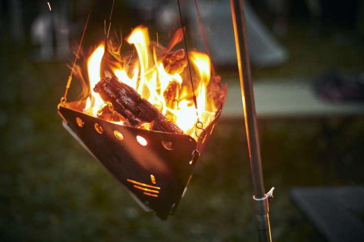 見上げる焚き火って気持ちいい!detour life×FUJIKINKO「BONFIRE STAND 2.0」【アウトドア銘品図鑑】