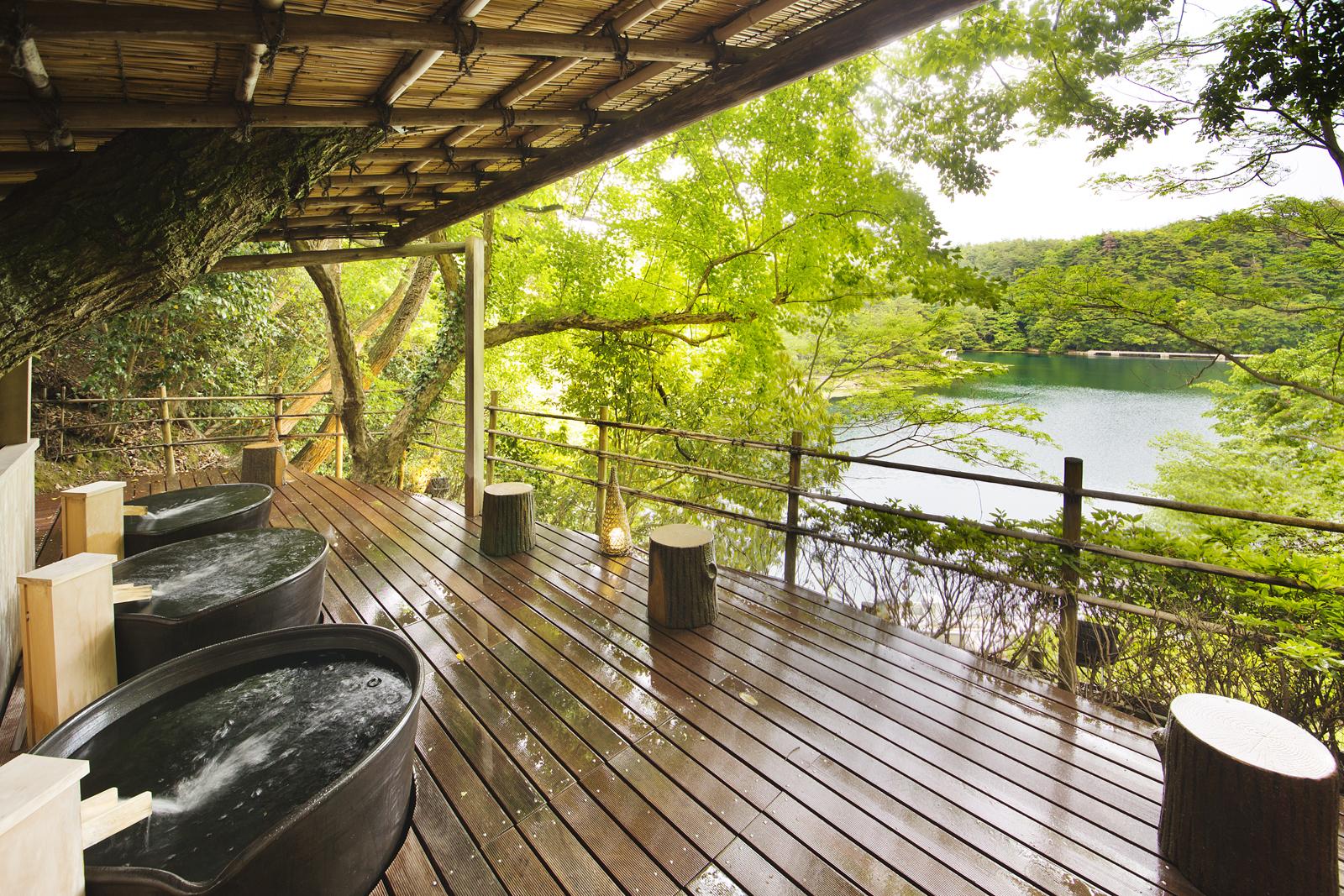 露天壺風呂 四季おりおりに美しい九十九湾の眺望と木々の香りが時を忘れてお楽しみいただけます。