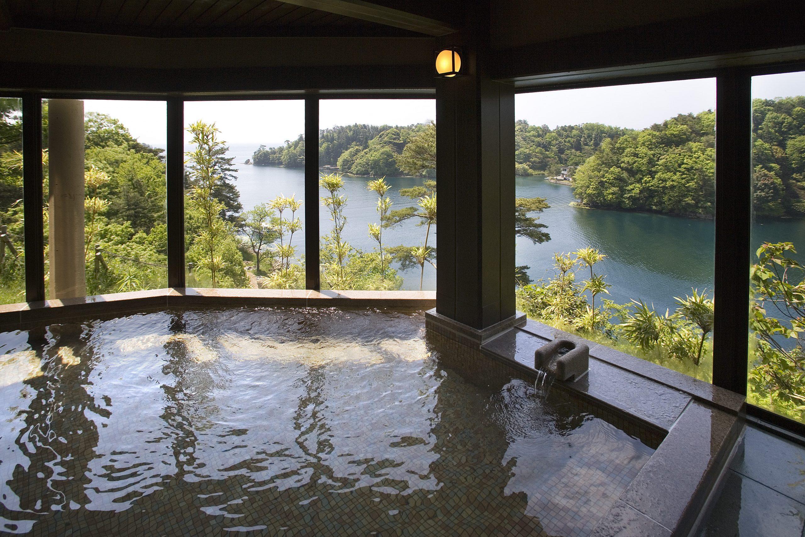 展望風呂 美しい九十九湾のパノラマが一望できる展望風呂。