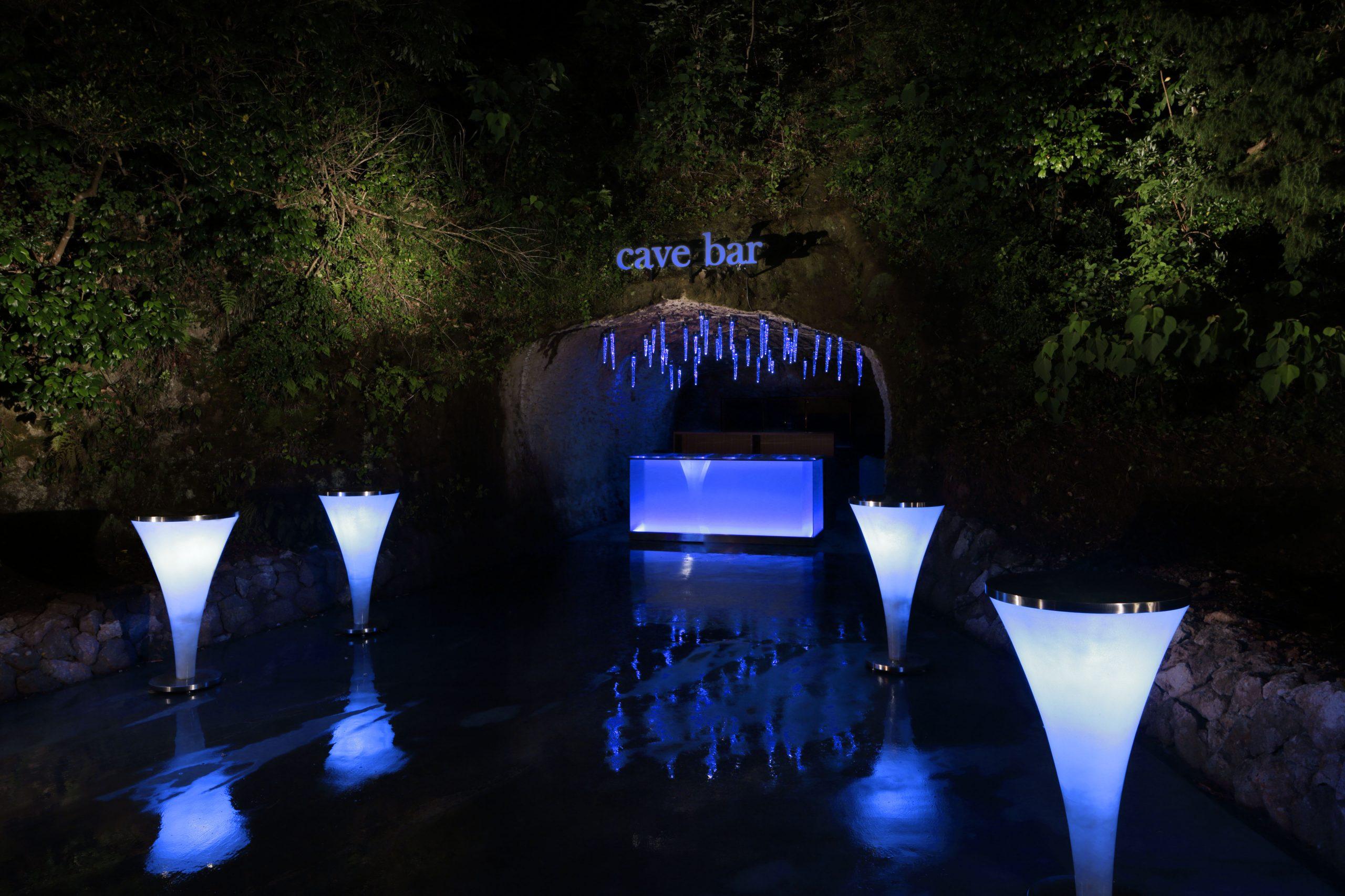 昼夜問わず大人同士で楽しむ「CAVE BAR」。 洞窟の形状をそのまま活かした独創的な空間です。