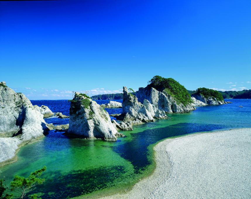 浄土ヶ浜の白い岩肌と松、海の群青が織りなす美しさ。  ホテルから徒歩で浄土ヶ浜に降り立つことができます。