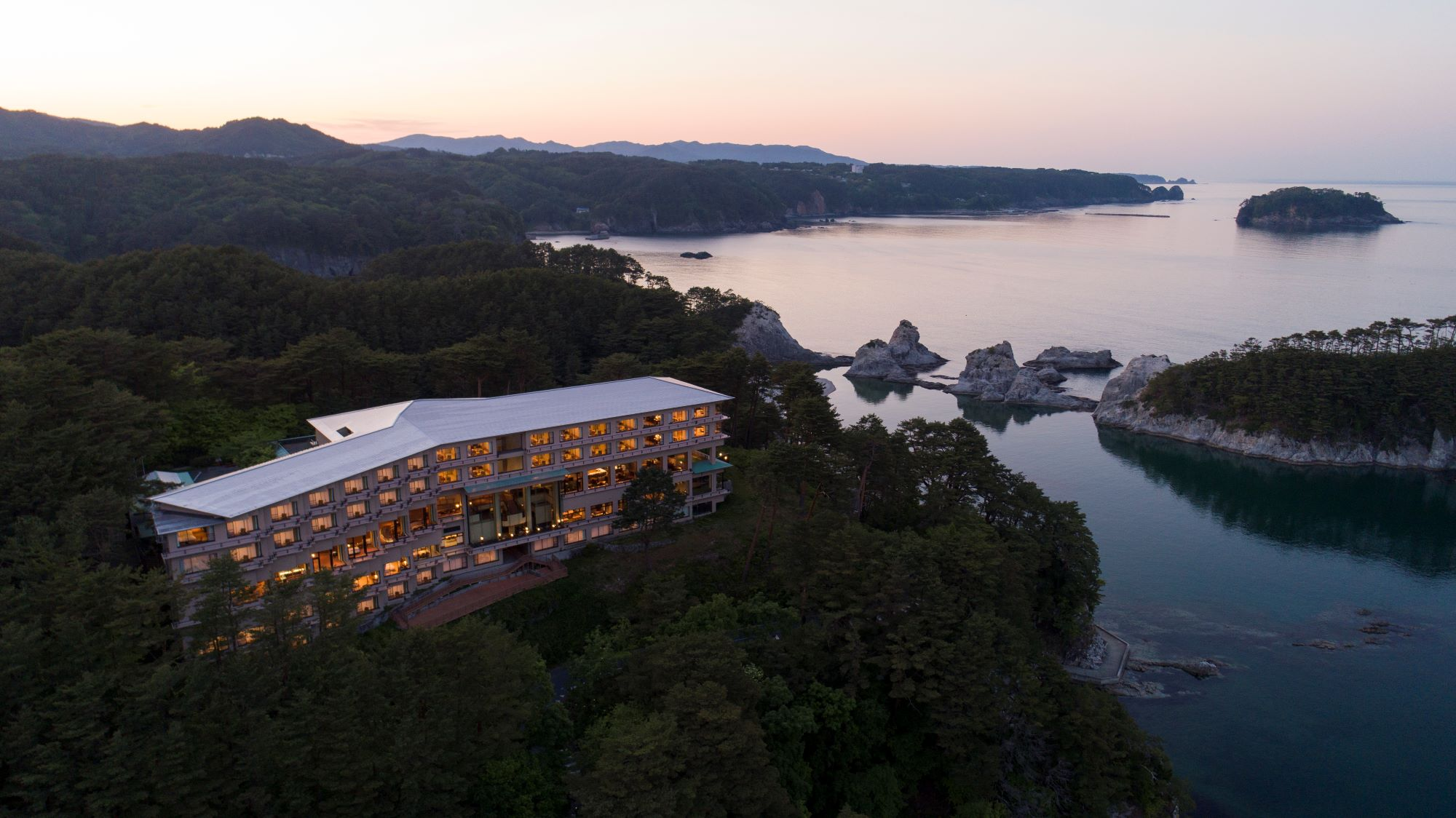 三陸復興国立公園 名勝「浄土ヶ浜」を望む高台で 全国のお客様を迎えしています。